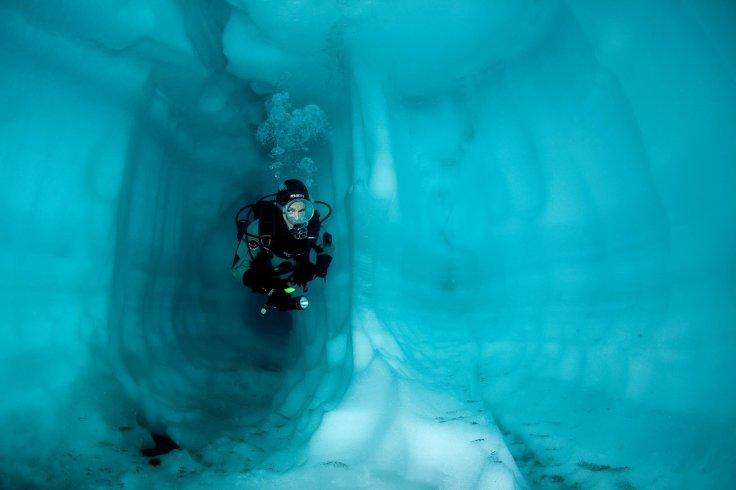 galería-submarina-helada-suiza-lago-sassolo.jpg